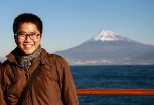 Khi Nippon Maru ghé ngang qua núi Phú Sĩ, thuyền trưởng cho tàu chạy chậm lại để mọi người có thể ngắm nhìn ngọn núi biểu tượng này. Được ngắm nhìn núi Phú Sĩ từ biển cả trong một sáng mùa đông nắng rực rỡ như thế có lẽ không có nhiều lần trong đời  Nippon Maru, 15/12/13 (When Nippon Maru passed by Mt.Fuji, our captain slowed down the ship in order that everybody could watch this symbol mountain. To watch Mt.Fuji from the sea in a sunny winter morning is a kind of experience that not many people have in their life. Nippon Maru, 15/12/13)