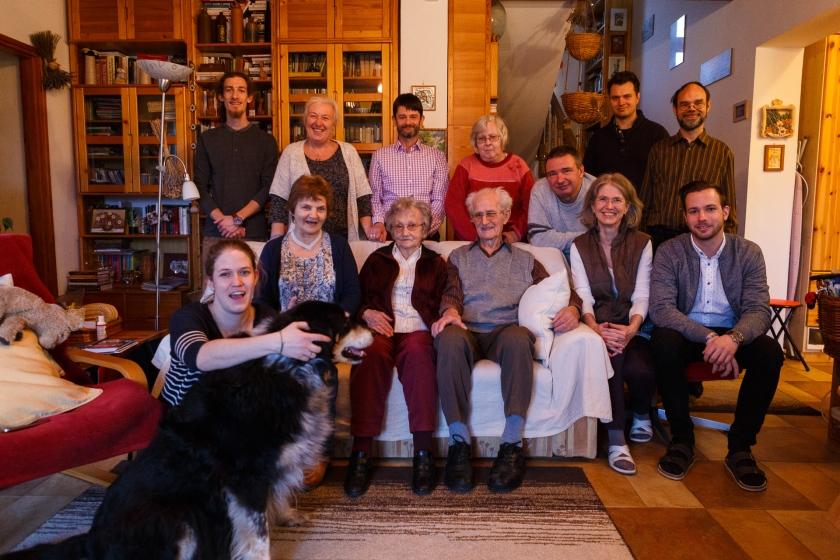 Nhóm bạn cùng gia đình ngày họp mặt